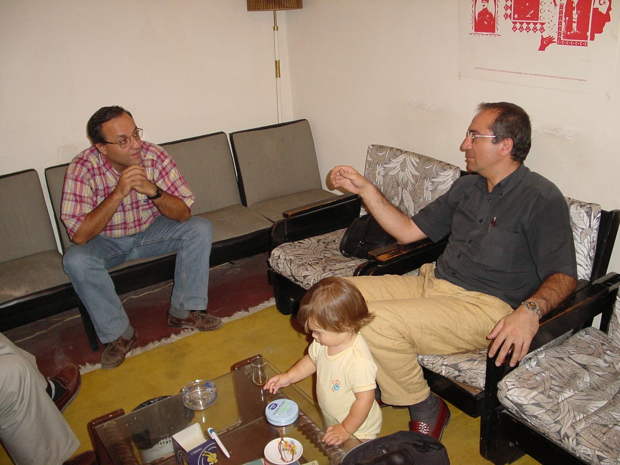 Barbaros Aşuroğlu ve ŞAhin Küliğ Antrak'ın ikinci dernek lokalinde sohbet ediyorlar.