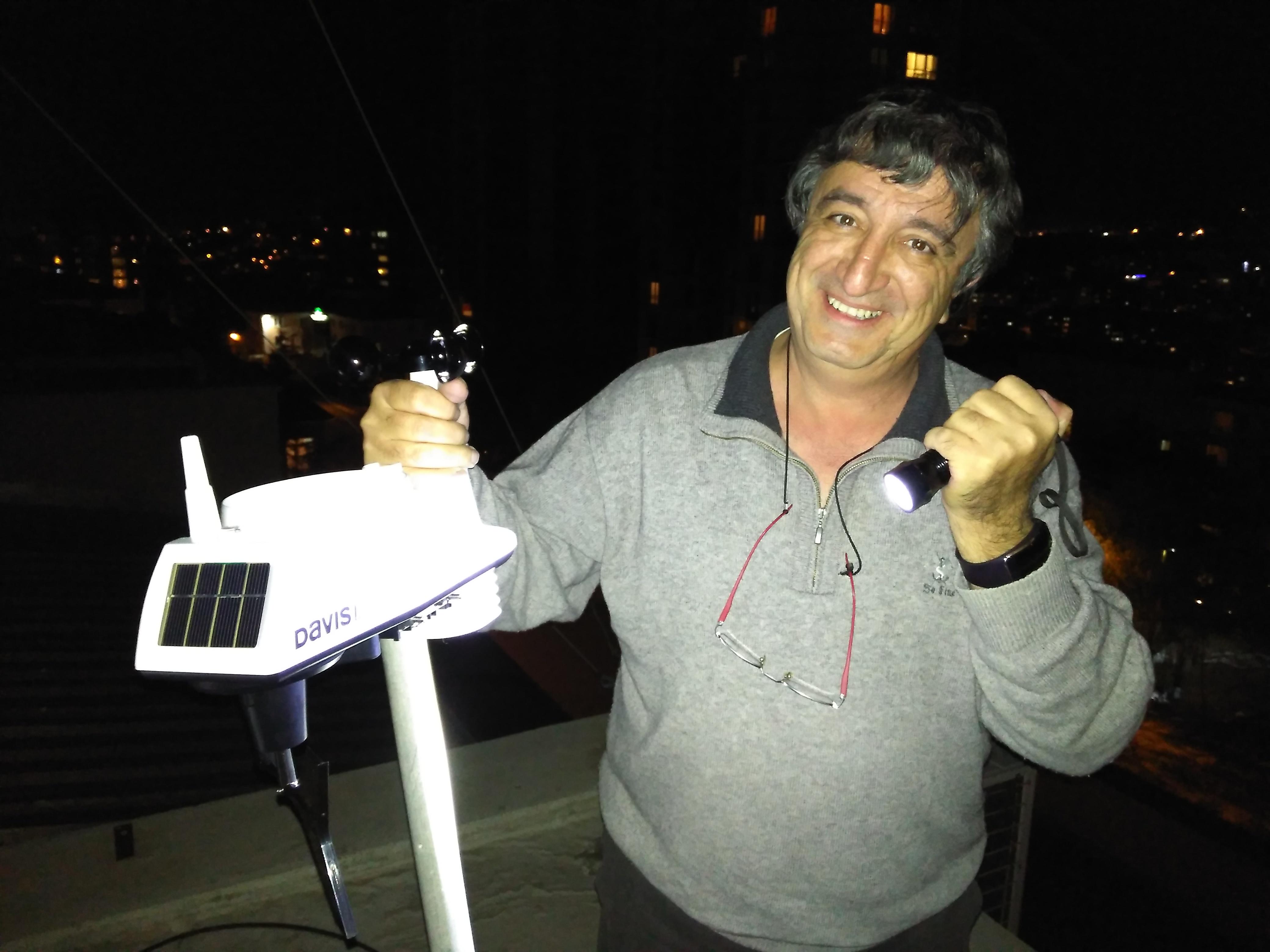 Derneğin çatısında Levent Postoğlu boruya tutturduğumuz dış üniteyi gösteriyor.